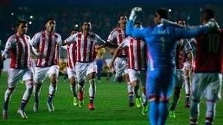 Jogadores do Paraguai correm para celebrar a classificação à final da Copa América