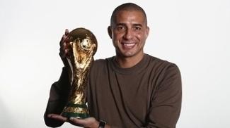 Trezeguet posa com a taça da Copa do Mundo. Como jogador, ele foi campeão mundial em 1998 e fez história com a camisa da Juventus