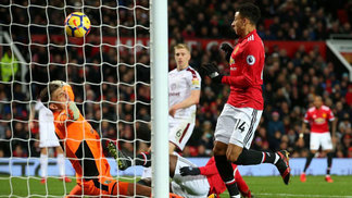 Jesse Lingard, do Manchester United, e goleiro Nick Pope, do Burnley,