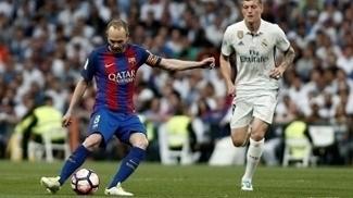 Iniesta em ação no clássico contra o Real Madrid