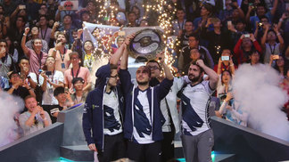 Team Liquid ergue o Aegis após derrotar a Newbee na grande final do TI7