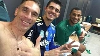 Fernando Prass no vestiário palmeirense após a vitória sobre o Peñarol no Uruguai