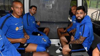 Gabigol ao lado dos companheiros de Internazionale, entre eles o zagueiro Miranda.