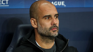 Josep Guardiola no banco de reservas do Manchester City no jogo contra o Napoli