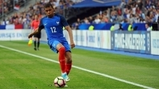 Kylian Mbappe defendendo a seleção francesa