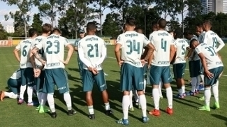 Eduardo Baptista conversa com jogadores durante treino do Palmeiras