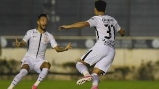 Arana e Marquinhos Gabriel comemoram o primeiro gol do jogo