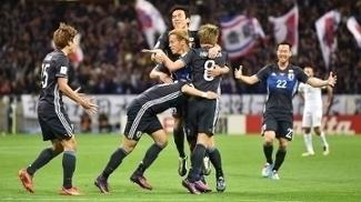 Jogadores do Japão celebram um dos gols sobre a Arábia Saudita