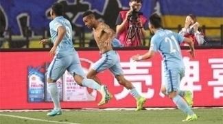 Alex Teixeira marcou nos acréscimos em vitória do Jiangsu Suning contra o Shandong Luneng