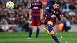 Messi cobra falta contra o Getafe, no Camp Nou