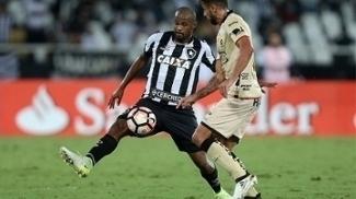 Airton disputa bola na partida contra o Barcelona-EQU pela Libertadores