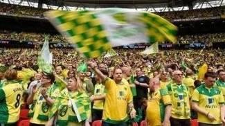 Torcedores do Norwich durante a final do playoffs: mar amarelo em Wembley