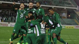 Jogadores do Guarani comemoram gol de Fumagalli contra o Ceará