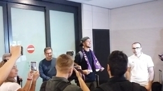 Vitor Hugo foi recepcionado no aeroporto com cachecol da Fiorentina