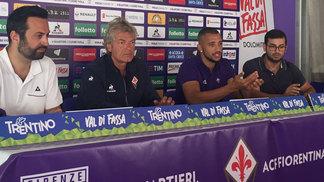 Vitor Hugo (segundo da dir. para a esq.) é apresentado na Fiorentina