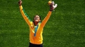 270a1c35a07e7 Juliana dos Santos comemora vitória no pódio  ela foi ouro nos 5 mil metros