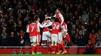 Jogadores do Arsenal celebram o gol no fim da partida