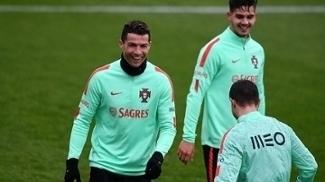 Cristiano Ronaldo sorri em treino da seleção de Portugal
