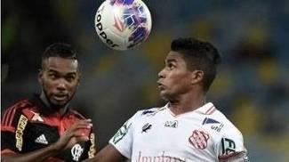 Almir, do Bangu, em ação contra o Flamengo no Maracanã