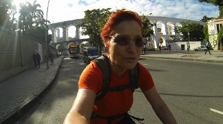 Renata Falzoni pedala pelas ruas do Rio de Janeiro