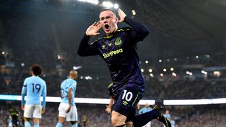 Wayne Rooney comemora o gol marcado diante do Manchester City, no Etihad Stadium
