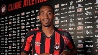 Diretoria do Atlético-PR anuncia contratação de volante que estava no Internacional