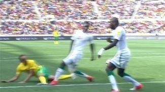 Escândalo! Pênalti absurdo coloca África do Sul na frente de Senegal