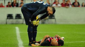 Weverton conversa com Thiago Heleno em jogo do Atlético-PR
