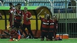 Jogadores do Flamengo comemoram gol de Renê contra o Bangu, em Volta Redonda