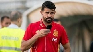 Diego Costa fala no celular durante treino com a seleção da Espanha
