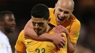 Tom Rogic é abraçado por Aaron Moody após seu gol salvador para a Austrália