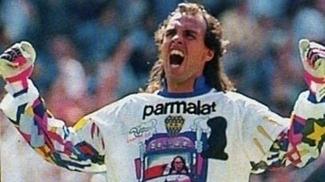 Navarro Montoya com uma das camisas que serviram de inspiração para Ceni
