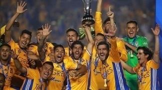 Jogadores do Tigres comemoram o título mexicano após vitória sobre o América nos pênaltis