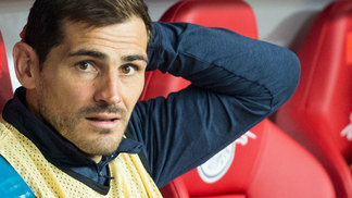 Iker Casillas no banco do Porto na partida contra o RB Leipzig