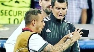Lateral Rafinha mostra ao quarto árbitro os erros durante Real Madrid x Bayern de Munique