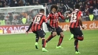 Le Bihan comemora com Dante e Cyprien um dos gols da vitória do Nice