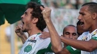 Hyoran, jogador da Chapecoense, comemora seu gol durante partida contra o Camboriú