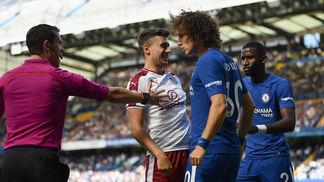 David Luiz em ação na estreia do Chelsea na Premier League