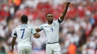 Sterling e Defoe, com o braço esquero erguido, comemoram o gol da Inglaterra