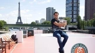 Rafael Nadal posa para fotos após novo título em Roland Garros
