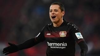 Chicharito durante jogo do Leverkusen contra o Augsburg