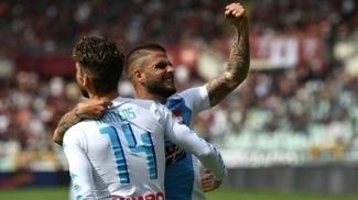 Mertens e Insigne comemoram um dos gols do Napoli contra o Torino no Italiano