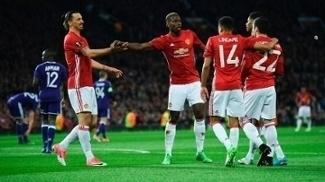 Jogadores do Manchester United comemoram gol de Mkhitaryan diante do Anderlecht