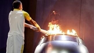 Vanderlei Cordeiro acende a Pira Olímpica; um ano depois dos Jogos, legado ainda é desconhecido