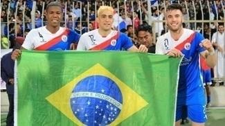 Everton (ao centro), Thiago Augusto (à dir.) e Luis Gustavo (à esq.) jogam no Manama