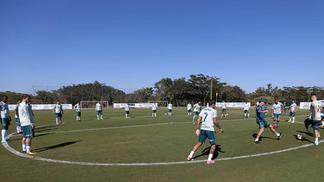 Jogadores do Palmeiras durante o treino desta segunda-feira