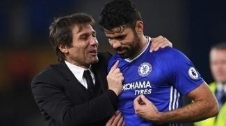 Conte com Diego Costa após partida na Premier League