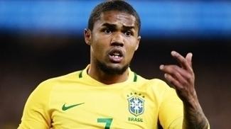 Douglas Costa durante partida da seleção brasileira