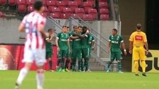 Jogadores do Goiás comemoram gol contra o Náutico, na Arena Pernambuco