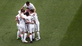 Jogadores da Nova Zelândia comemoram gol de Marco Rojas, o segundo na vitória sobre a Nova Caledônia
